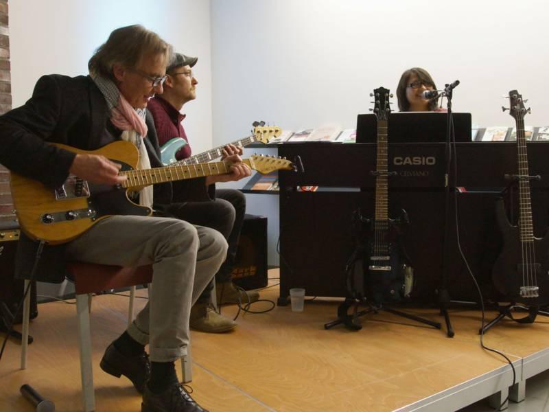 Dozent/innen der Musikschule Hannover stellten die Instrumente bei einem Minikonzert vor.