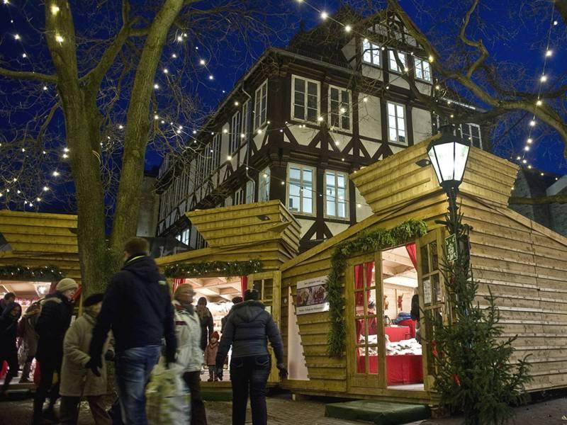 In Holzhütten bieten finnische Händler auf dem Weihnachtsmarkt Kunsthandwerk an