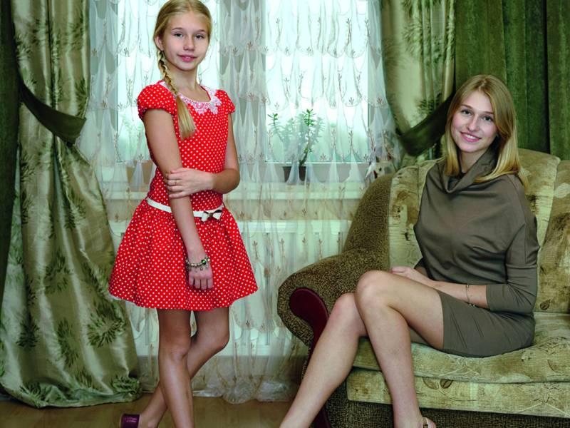 Marianna & Sasha (Kingisepp, Russia): 2 Tänzerinnen, eine sitzend, eine stehend