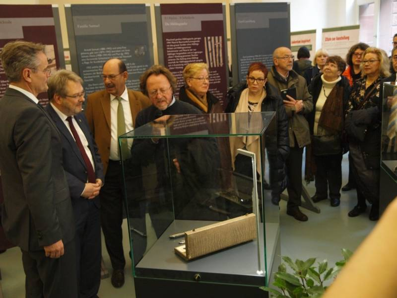 """Führung durch die Ausstellung """"8 Objekte -8 Schicksale"""""""