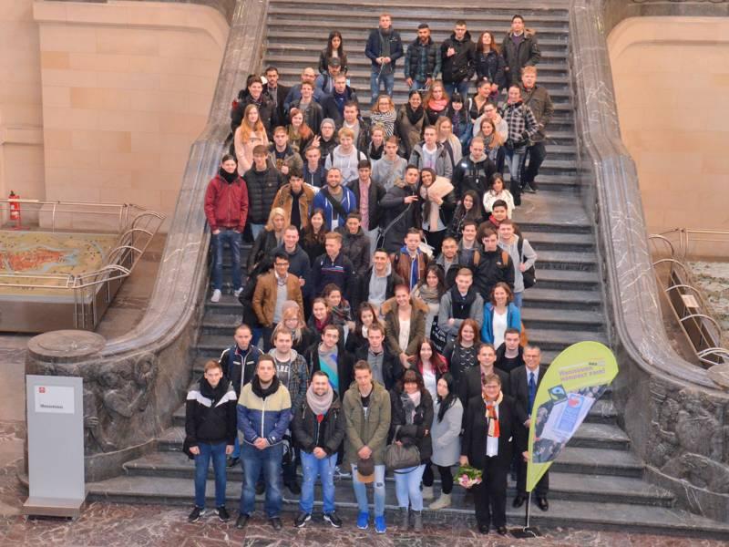 Rund 80 Menschen auf der Rathaustreppe