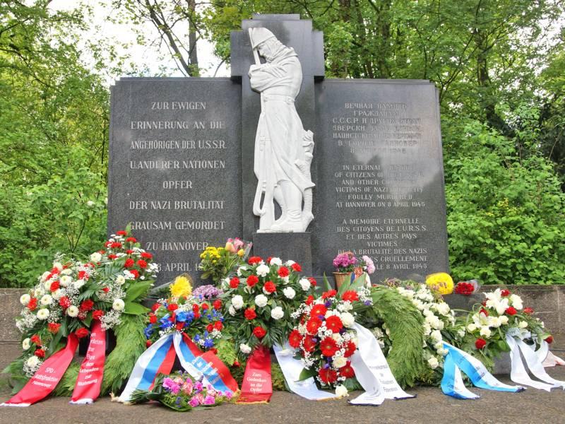 Gedenkränze am Denkmal auf dem Ehrenfriedhof Maschsee-Nordufer