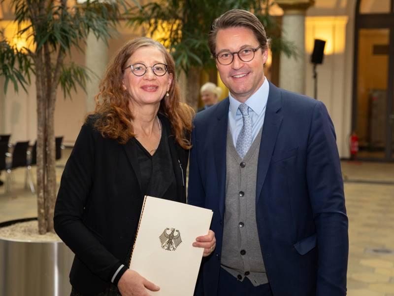 Zwei Personen mit einer Urkunde