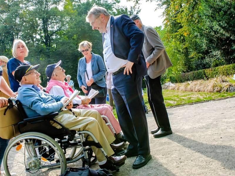Bürgermeister Thomas Hermann im Gespräch mit den Holocaust-Überlebenden Henry Korman und Salomon Finkelstein