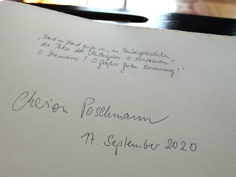Marion Poschmann, die für ihre Lyrik und Prosa bereits mit zahlreichen renommierten Preisen ausgezeichnet wurde, verewigt sich mit einer Verszeile im Goldenen Buch der Stadt.