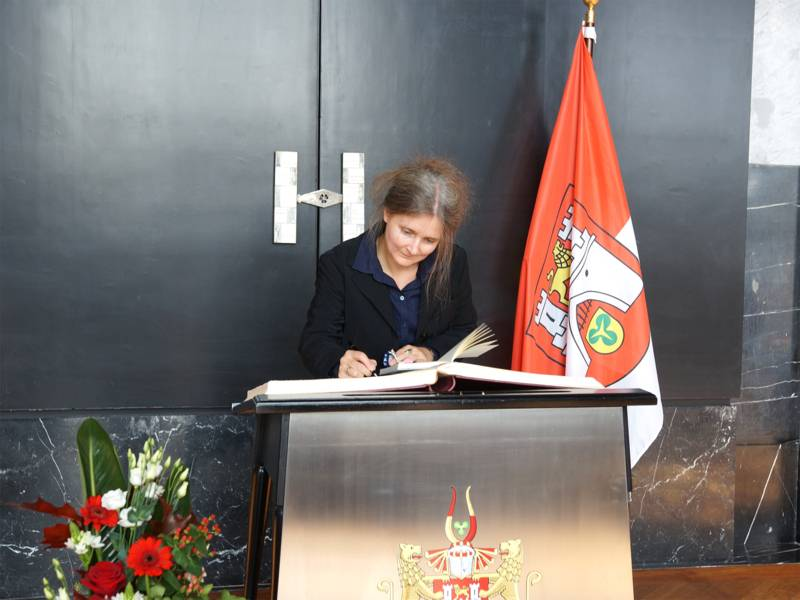 Am Nachmittag des 17. September trug sich Hölty-Preisträgerin Marion Poschmann in das Goldene Buch der Landeshauptstadt ein.