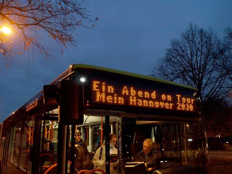 """Ein Bus mit der Fahrtzielanzeige """"Abend on Tour"""""""