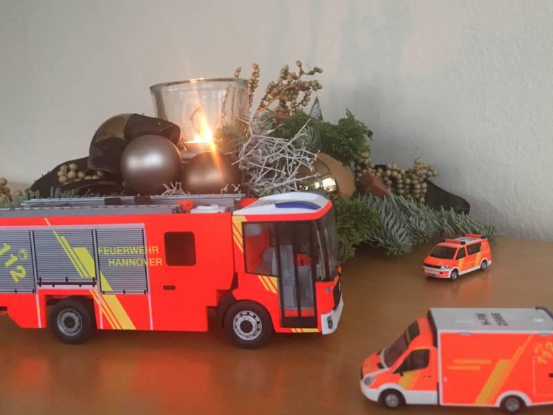Symbolbild-Modelle von Einsatzfahrzeugen vor Adventskranz.