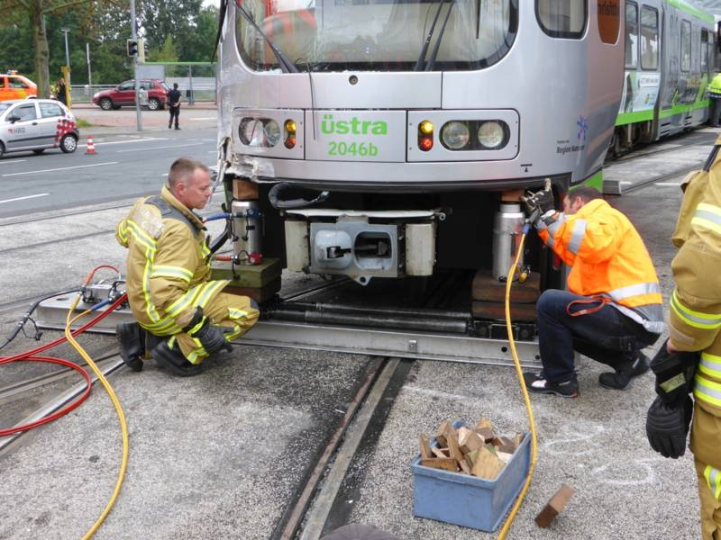 Einsatzkräfte beim Eingleisen der aus den Schienen gesprungenen Stadtbahn