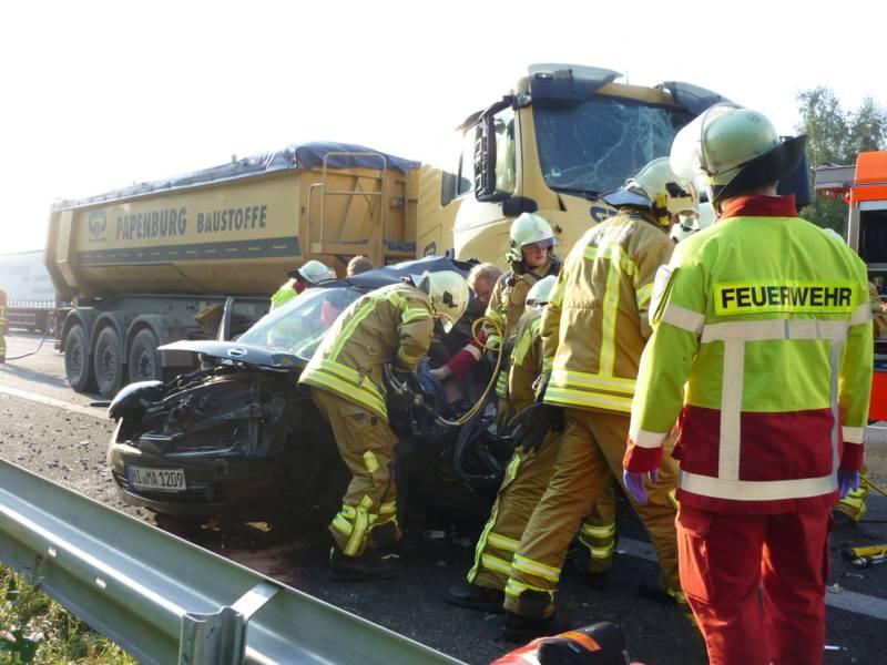 Einsatzkräfte retten mit  hydraulischem Spreiz- und Schneidgerät die eingeklemmte Fahrerin