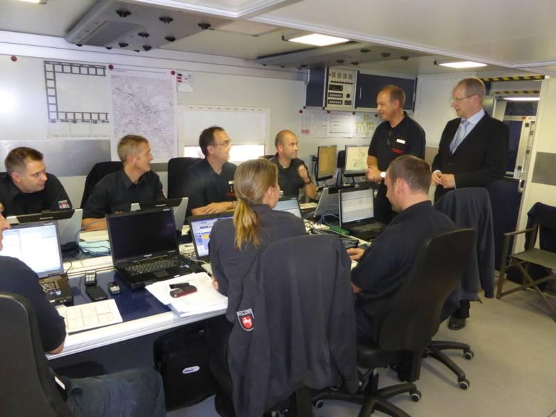 Oberbürgermeister Stefan Schostok besucht die Technische Einsatzleitung der Feuerwehr Hannover und wird vom Leiter des Stabes Dieter Rohrberg in die Lage eingewiesen.