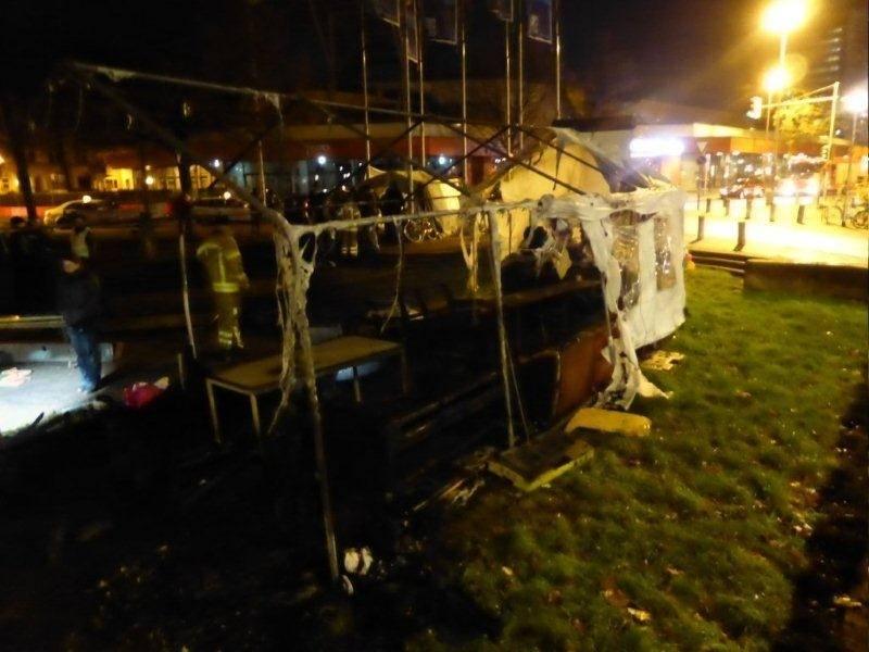 Niedergebrannte Zelte des Flüchtlingscamps
