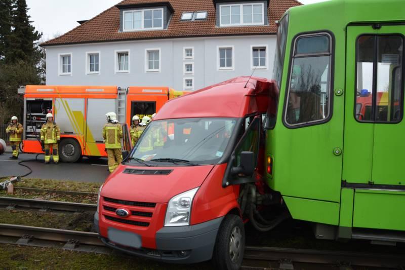 Der Ford Transit wurde seitlich von der Stadtbahn getroffen und rund 15 Meter quer durch das Gleisbett geschoben. Neben der Fahrerin und dem Beifahrer des Fords erlitten der Stadtbahnfahrer sowie ein Fahrgast leichte Verletzungen.
