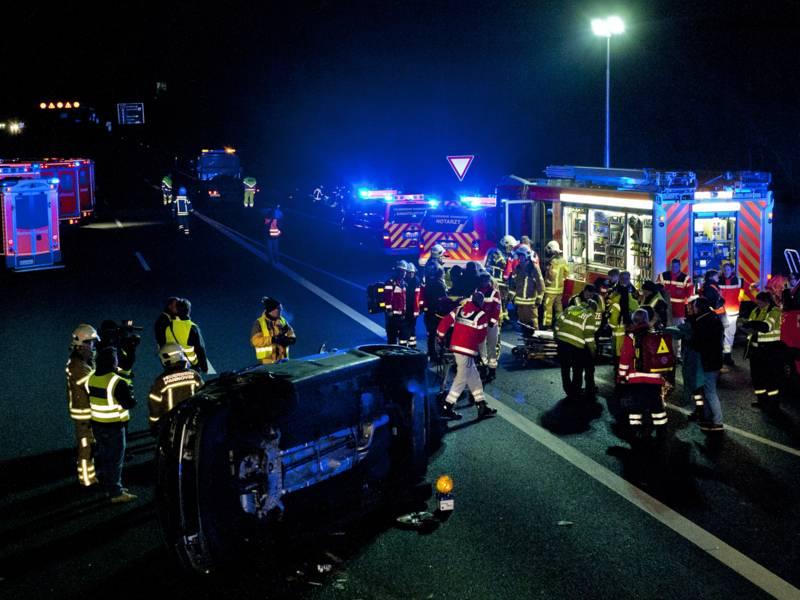 Zwölf leichtverletzte Personen, darunter vier Kinder, wurden in sechs alarmierten Rettungswagen behandelt und nach Untersuchung durch einen Notarzt zur weiteren Behandlung in umliegende Krankenhäuser transportiert.