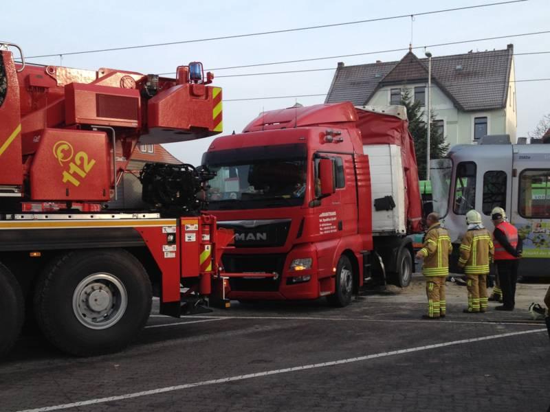 Zur Bergung des LKW musste der vollgeladen Auflieger entladen, und die restlichen 150 Liter Diesel aus dem zweiten Tank der Zugmaschine gepumpt werden. Danach konnte der LKW mit Hilfe des Feuerwehrkranes von den Gleisen gezogen werden.