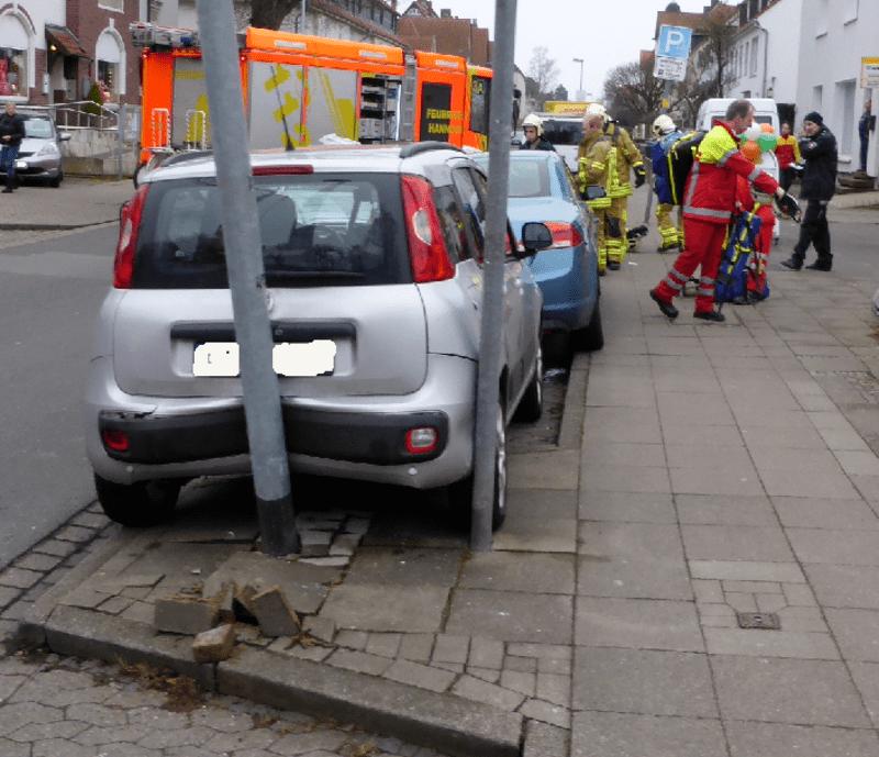 Ausgehebelte Pflastersteine nach einem Verkehrsunfall