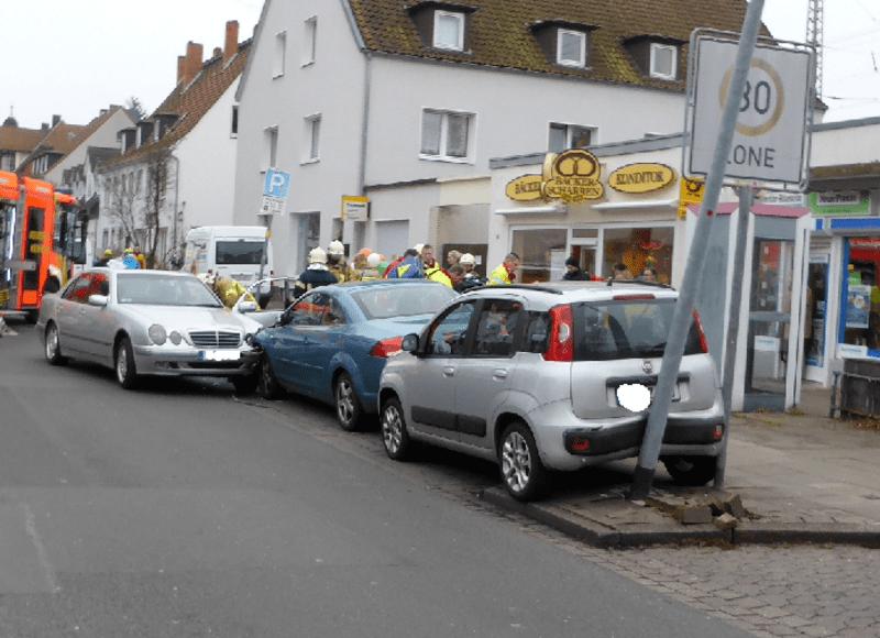 Rettungskräfte versorgen den verletzten Autofahrer