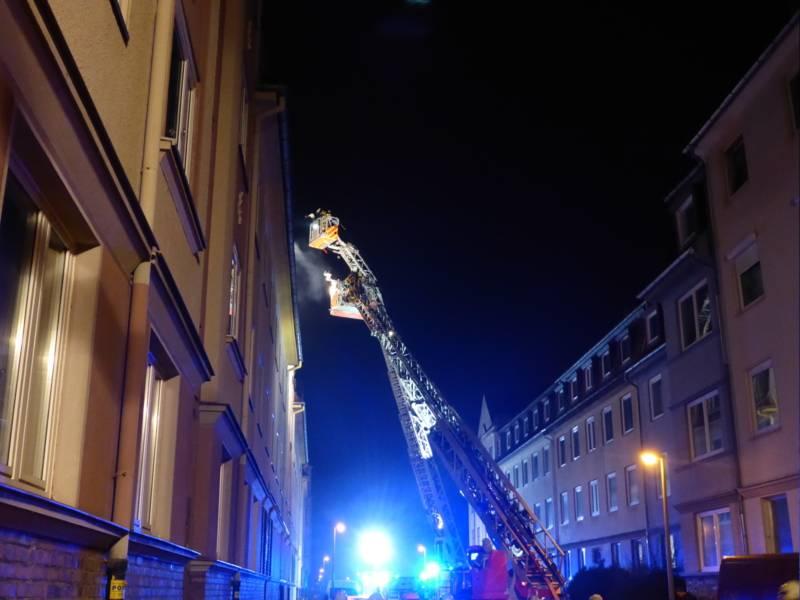 Einsatz zweier Drehleitern bei Dachstuhlbrand im Außenangriff