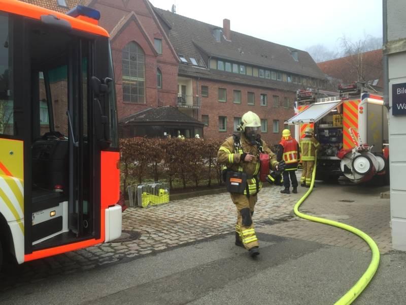 Einsatzkräfte bei einem Zimmerbrand in einem Pflegeheim