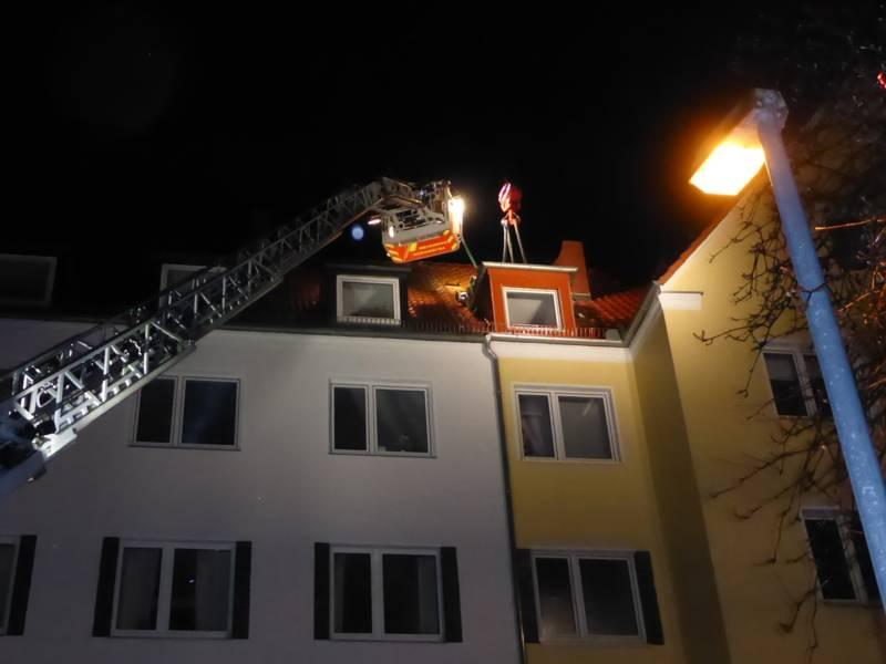 In der Bessemerstraße in der List musste ein Schornsteinaufsatz aus Stahl, der vom Sturm abgerissen worden war und auf einer Dachgaube lag, mit dem Feuerwehrkran und einer Drehleiter geborgen werden.