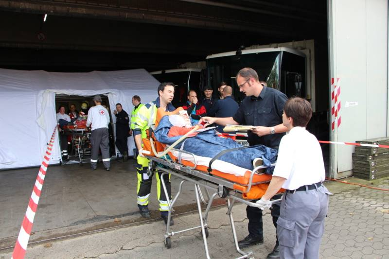 Die Patienten wurden in einer Patientenablage zu einer Vorsichtung und medizinischen Erstversorgung an den Rettungsdienst übergeben.