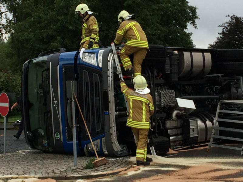 Ein mit Kabeltrommeln beladener LKW geriet bei der Ausfahrt von einem Firmen-gelände in eine Schräglage und kippte um. Der leicht verletzte Fahrer war nicht eingeklemmt, musste jedoch aus der Fahrerkabine des LKW gerettet werden.