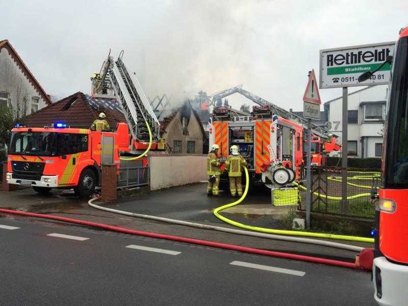 Ein  Dachstuhlbrand in der Hannoverschen Straße in Misburg hat die Einsatzkräfte der Feuerwehr Hannover gefordert. Der Dachstuhl eines Gewerbegebäudes wurde zerstört, Menschen kamen nicht zu Schaden.