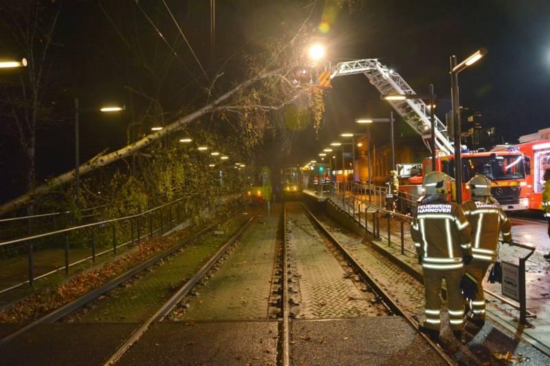 Durch die Leitstelle der Üstra erfolgte gegen 19:50 Uhr die Meldung, dass ein Baum auf dem Fahrdraht der Stadtbahn gestürzt sei.  Nach Sperrung der Bahnstrecke und Freischaltung des Fahrdrahtes wurde der Baum aus dem Rettungskorb eines Drehleiterfahrzeuges vom Fahrdraht sowie aus dem Gleiskörper entfernt.