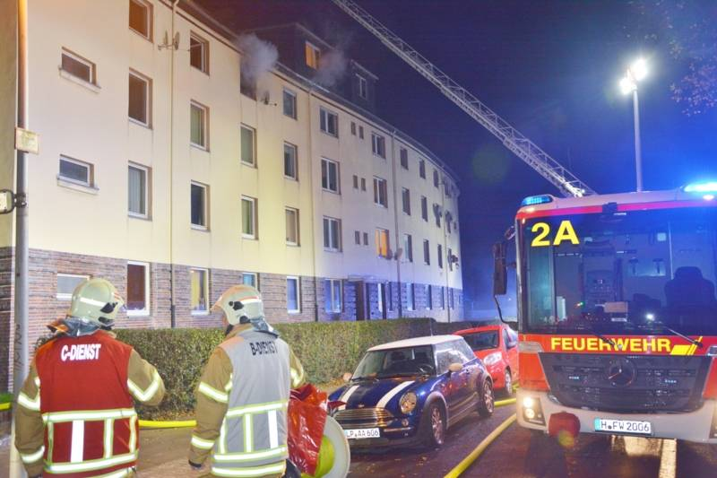 Durch einen schnellen und effektiven Löscheinsatz konnte die Feuerwehr Hannover am Freitagabend eine Ausbreitung eines Wohnungsbrandes auf ein Mehrfamilienhaus verhindern. Vier Personen hatten bei diesem Einsatz Rauchgase eingeatmet, drei von ihnen transportierte der Rettungsdienst in das nächstgelegene Krankenhaus.