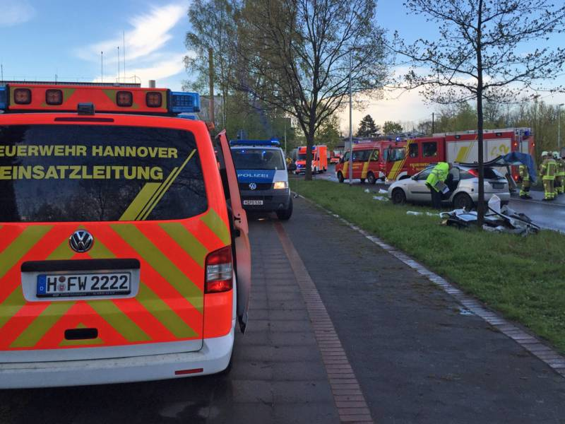 Gegen 18:00 Uhr ging der Hinweis zu einem schweren Verkehrsunfall mit mehre-ren verletzten Personen in der Regionsleitstelle Hannover ein. Zwei PKW waren im Eichenbrink frontal zusammengestoßen, alle sechs Insassen wurden verletzt, da-runter ein 7-jähriges Kind. Der Beifahrer eines Ford-PKW wurde eingeklemmt.