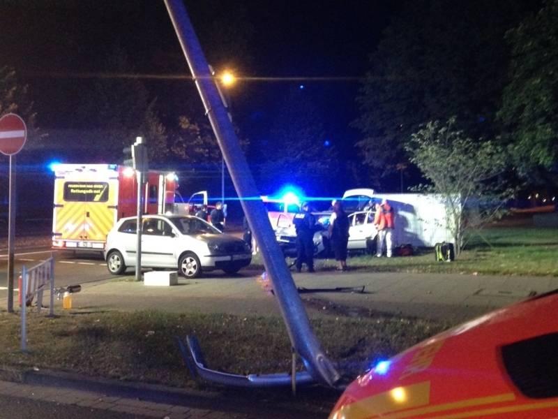 Durch die Wucht des Aufpralls bei dem Unfall wurde die Straßenlaterne abgeknickt.