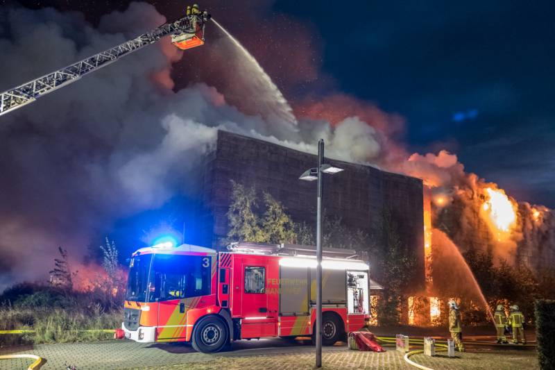 Der Feuerwehr gelang es, drei Nachbargebäude abzuriegeln und ein Übergreifen des Brandes zu verhindern.
