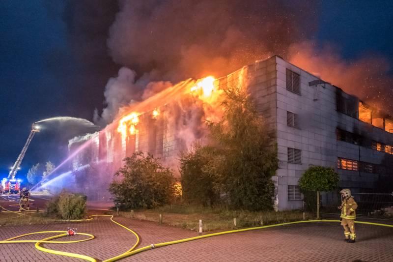 Nach der Durchzündung des Pavillons drohten die Flammen auf drei benachbarte Gebäude überzugreifen.