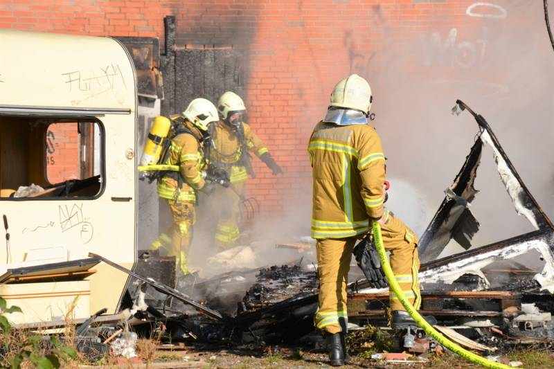 Unter Einsatz von zwei Atemschutztrupps und zwei Strahlrohren konnte das Feuer durch das schnelle Eingreifen gelöscht werden, bevor es auf den zweiten Wohnwagen und das Gebäude selbst übergriff.