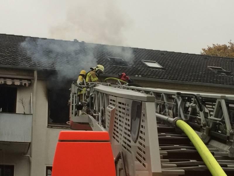 Einsatzkräfte dringen über die Drehleiter in die brennende Wohnung vor