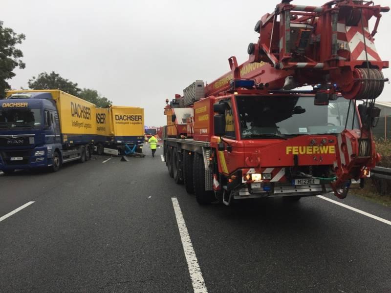 Mit der Seilwinde eines Feuerwehrkranes zogen die Rettungskräfte den Anhänger des vorausgefahrenen LKW und trennten ihn so von der aufgefahrenen Zugmaschine des Tanklastzuges.