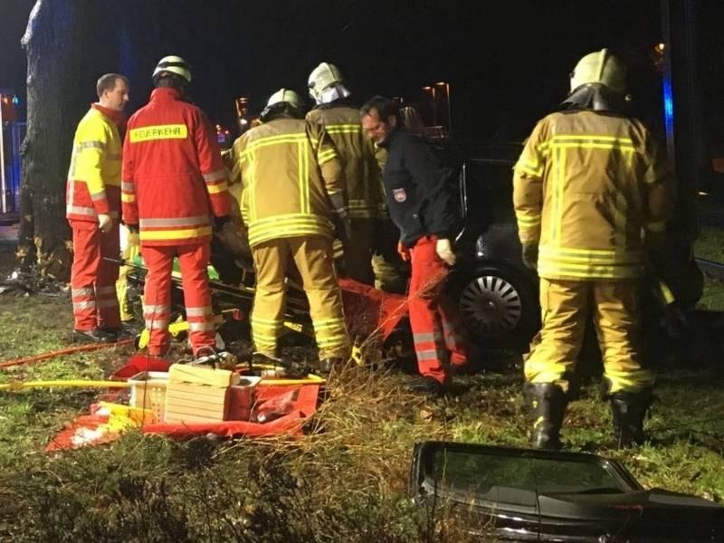 Die eintreffenden Einsatzkräfte  begannen sofort mit der medizinischen Erstversorgung. Zur schonenden Rettung aus dem Unfallfahrzeug entfernten sie dann mit hydraulischen Rettungsgeräten die Fahrertür und mehrere Karosserieteile.