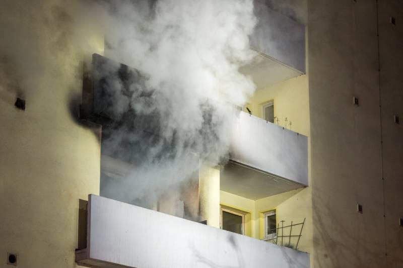 Beim Eintreffen der ersten Einsatzkräfte drohte das Feuer vom Balkon aus auf die darüber liegende Etage überzuschlagen.