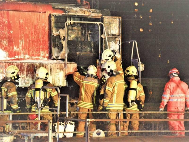 Durch den gezielten Löscheinsatz konnte das Feuer auf den vorderen Bereich der Lok beschränkt und ein Totalschaden verhindert werden.