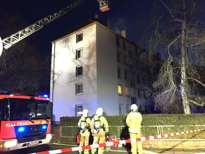 Bereits nach 30 Minuten meldeten die Brandschützer den Erfolg der Löschmaßnahmen, mussten aber noch Glutnester in den Dachbalken und der Isolierung ablöschen.