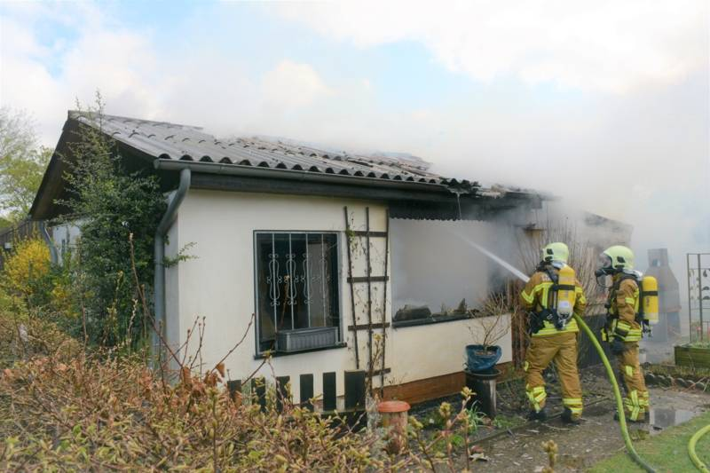 Die gemauerte und mit Holz verkleidete Laube wurde durch das Feuer stark beschädigt. Benachbarte Gartenhäuser auf angrenzenden Parzellen konnte durch den gezielten Feuerwehreinsatz gerettet werden und blieben unbeschädigt.