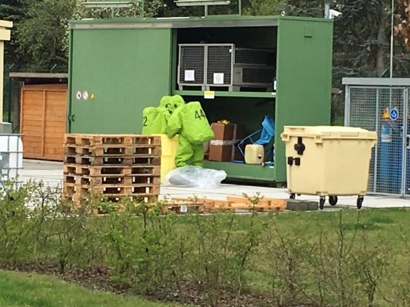 Ein Trupp unter Atemschutz in einem Chemikalienschutzanzug öffnete die Schranktür. Dabei stellte sich heraus, dass einer der drei Behältnisse aufgeplatzt war und zirka 20 Liter des Reinigungsmittels ausgetreten waren.
