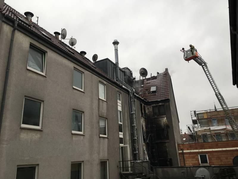 Nach ersten Erkenntnissen sind die Flammen von den brennenden Müllcontainern an der Tiefgarageneinfahrt über die Hausfassade im Innenhof bis in den Dachbereich in etwa 12m Höhe geschlagen und haben das Feuer im Dachbereich entzündet. Die Klärung der Brandursache und des genauen Brandverlaufes wird von der Polizei ermittelt.