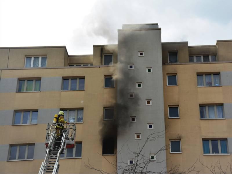 Beim Eintreffen der ersten Einsatzkräfte hatte sich der Brand vom Balkon bereits in die Wohnung ausgedehnt.