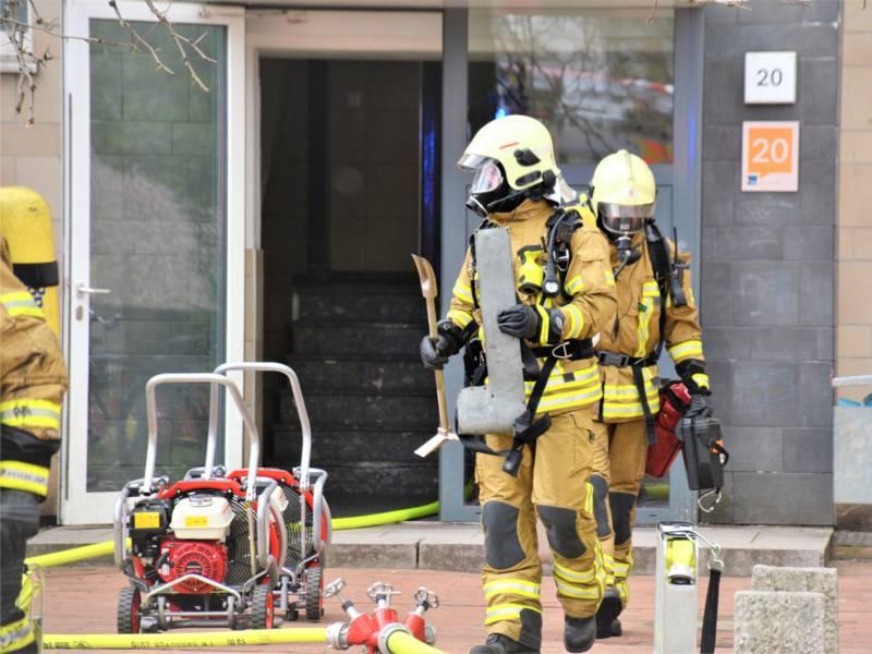 Zwei Trupps unter Atemschutz drangen umgehend zur Brandbekämpfung in die Wohnung ein.