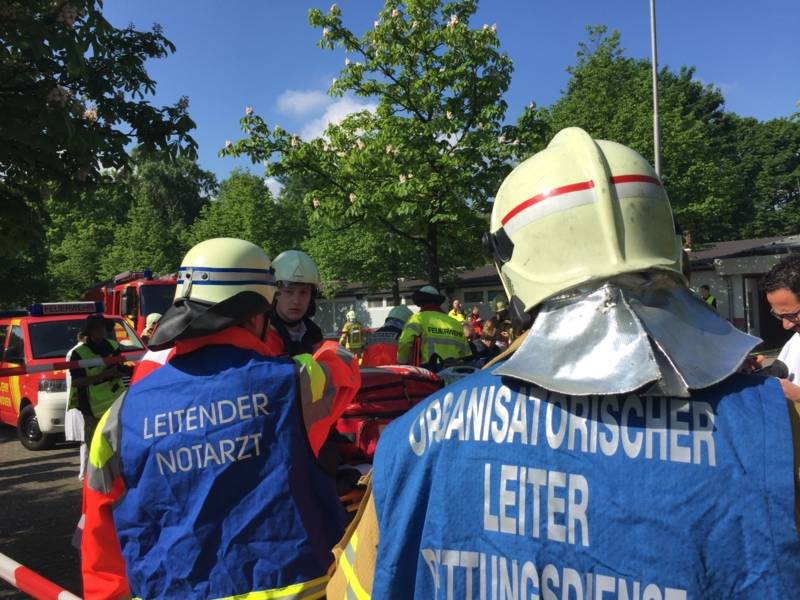 Der Organisatorische Leiter Rettungsdienst (OrgL) und der Leitende Notarzt (LNA) koordinieren die Sichtung, Behandlung und den Transport der Verletzten.