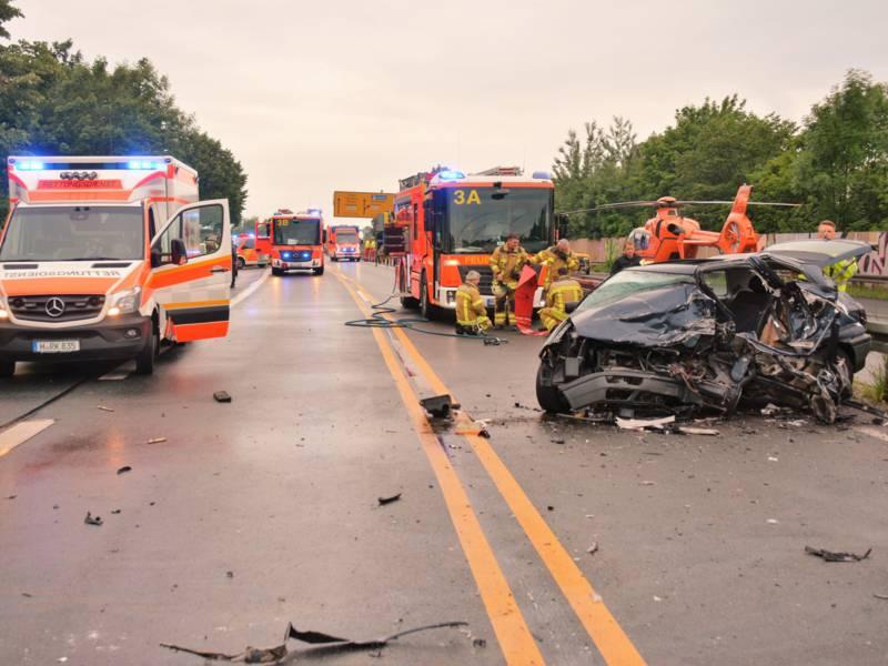 Bei einem Frontalzusammenstoß von zwei PKW auf dem Südschnellweg wurden insgesamt sechs Personen verletzt.