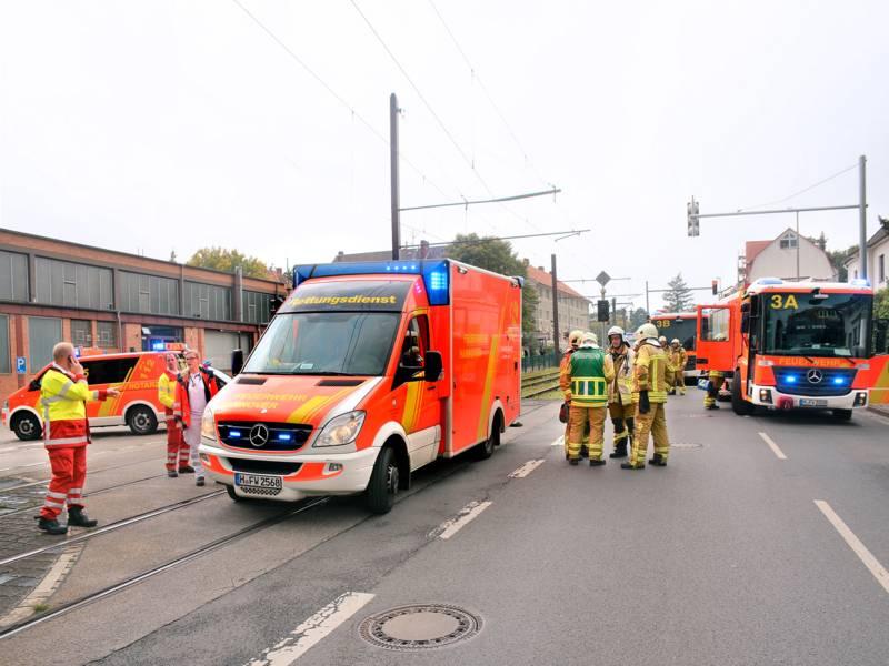 Rettungs- und Einsatzkräfte der Feuerwehr Hannover mit mehreren Fahrzeugen an der Stadtbahnstrecke.