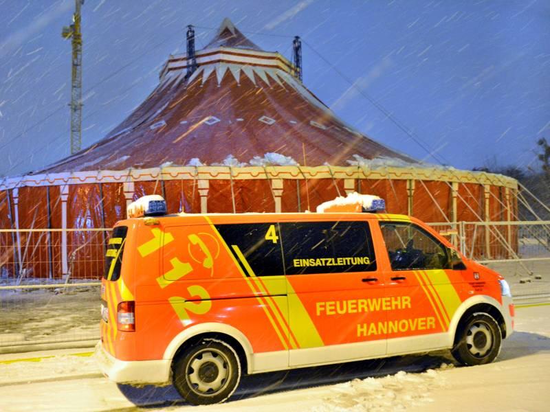 Einsatzleitwagen der Feuerwehr Hannover vor dem, von der Schneelast befreiten Zelt des Weihnachtscircus.