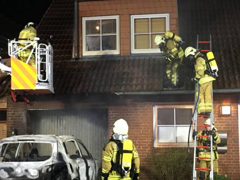 Die Flammen griffen vom PKW auf das Gebäude über. Es entstand erheblicher Sachschaden.